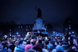 Les gens sont solidaires devant le symbole de la République Française.